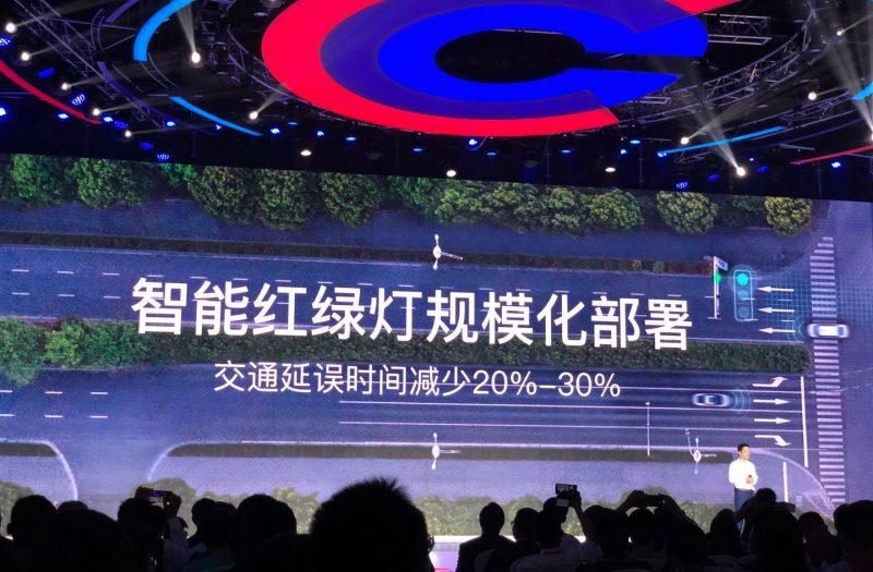 李彦宏展示百度智能交通能力 解决泊车、拥堵难题