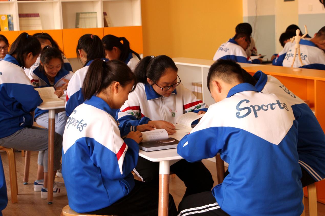 九月开学季,三七互娱游心公益在国家贫困县高中建起一座自由阅读图书室