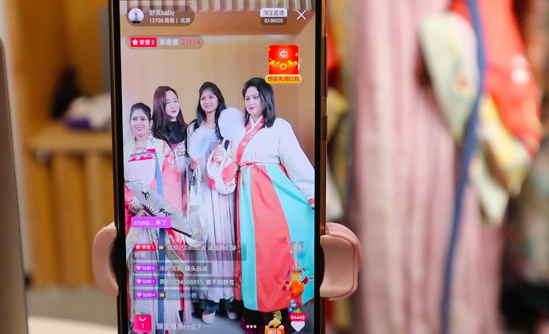 """借阿里短视频VMate""""圈粉""""百万后,这个印度小镇姑娘来中国""""取经"""""""