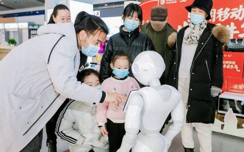洛阳移动营业厅推出科技感快闪店,机器人营业员负责接待
